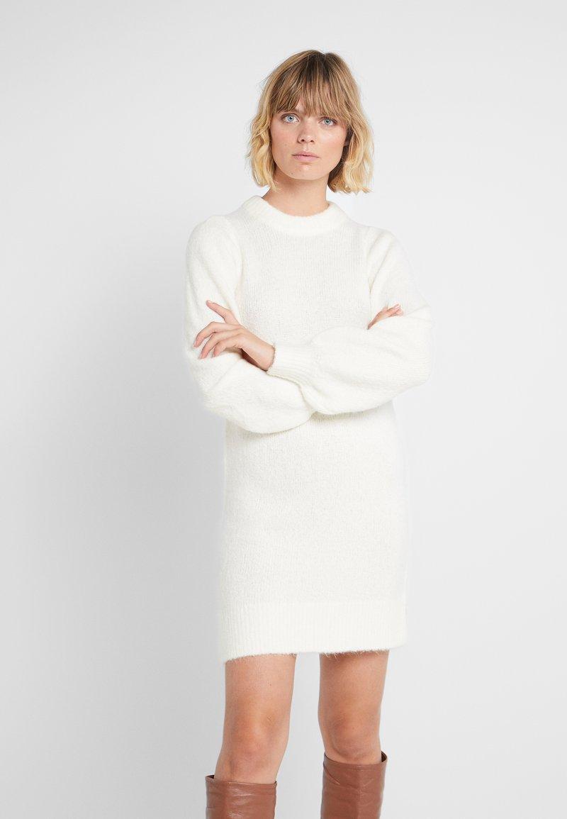 DESIGNERS REMIX - CARESS SLEEVE DRESS - Pletené šaty - creme