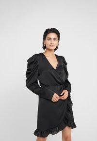 DESIGNERS REMIX - LAURA WRAP DRESS - Cocktailkleid/festliches Kleid - black - 0