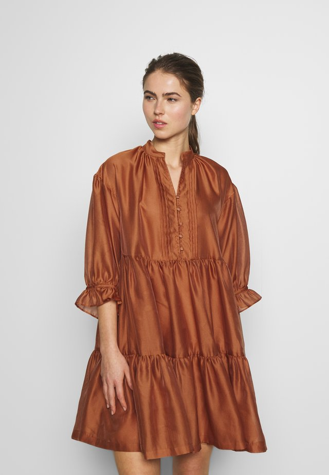 ENOLA RUFFLE DRESS - Cocktailjurk - cinnamon