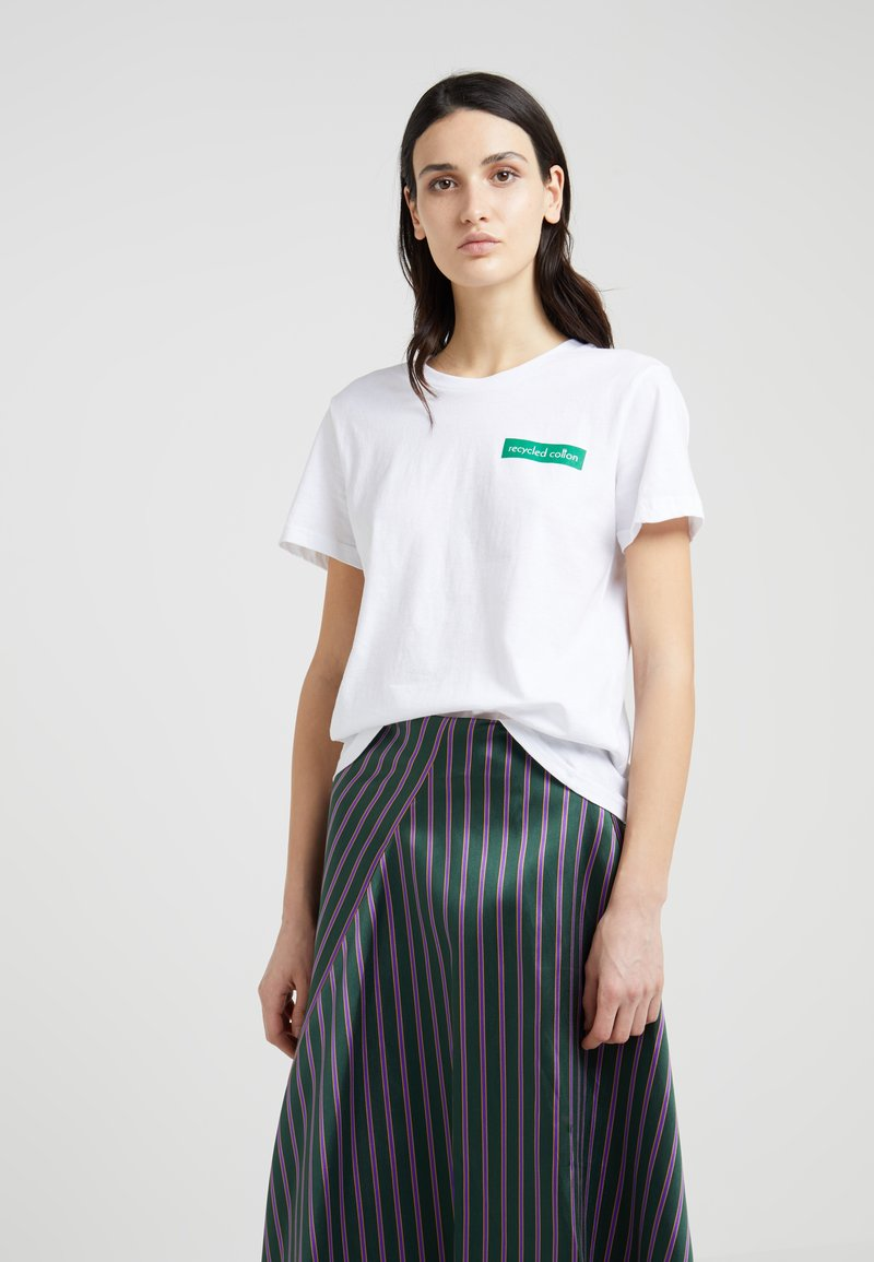DESIGNERS REMIX - STANLEY BADGE TEE - T-Shirt print - white