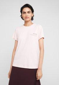 DESIGNERS REMIX - STANLEY TEXT TEE - T-shirt print - light pink - 0