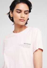 DESIGNERS REMIX - STANLEY TEXT TEE - T-shirt print - light pink - 4
