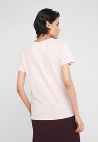 DESIGNERS REMIX - STANLEY TEXT TEE - T-shirt print - light pink - 2