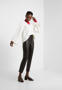 DESIGNERS REMIX - CARESS V NECK - Strickpullover - cream - 1