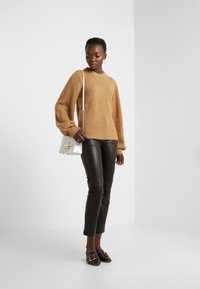 DESIGNERS REMIX - CARESS SLEEVE - Pullover - camel - 1
