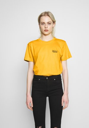 MYSEN GOD IS A WOMAN - T-shirt basic - yellow