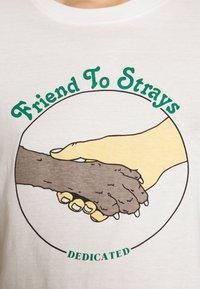 Dedicated - MYSEN FRIEND TO STRAYS - Triko spotiskem - off-white - 5