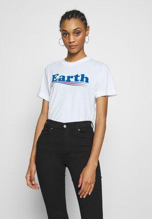 MYSEN VOTE EARTH - T-shirt z nadrukiem - white