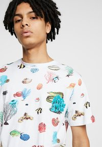 Dedicated - CORAL REEF - T-shirts print - off-white - 4