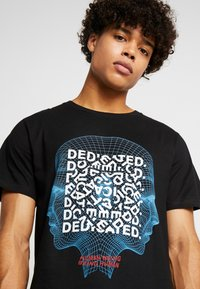 Dedicated - STOCKHOLM HUMAN BEING - Camiseta estampada - black - 5