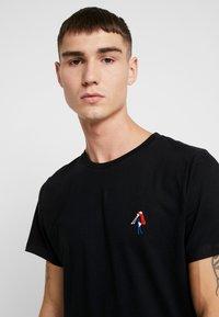 Dedicated - STOCKHOLM BACK SCRATCH - T-shirt print - black - 3