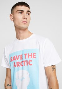 Dedicated - STOCKHOLM SAVE THE ARCTIC - Camiseta estampada - white - 3