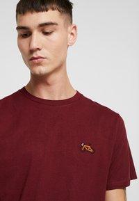 Dedicated - STOCKHOLM STITCH BIKE - Print T-shirt - burgundy - 3