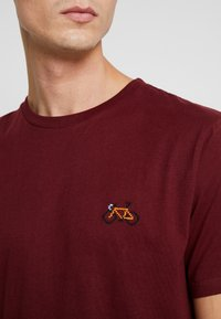 Dedicated - STOCKHOLM STITCH BIKE - Print T-shirt - burgundy - 5