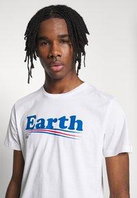 Dedicated - T-SHIRT STOCKHOLM VOTE EARTH - Print T-shirt - white - 3