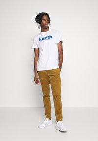 Dedicated - T-SHIRT STOCKHOLM VOTE EARTH - Print T-shirt - white - 1