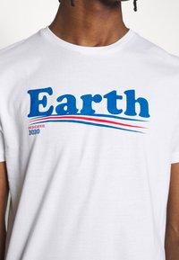 Dedicated - T-SHIRT STOCKHOLM VOTE EARTH - Print T-shirt - white - 5