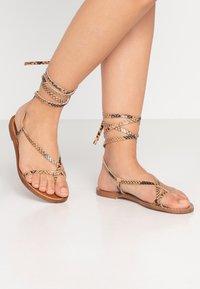 Depp - Sandály s odděleným palcem - sand - 0