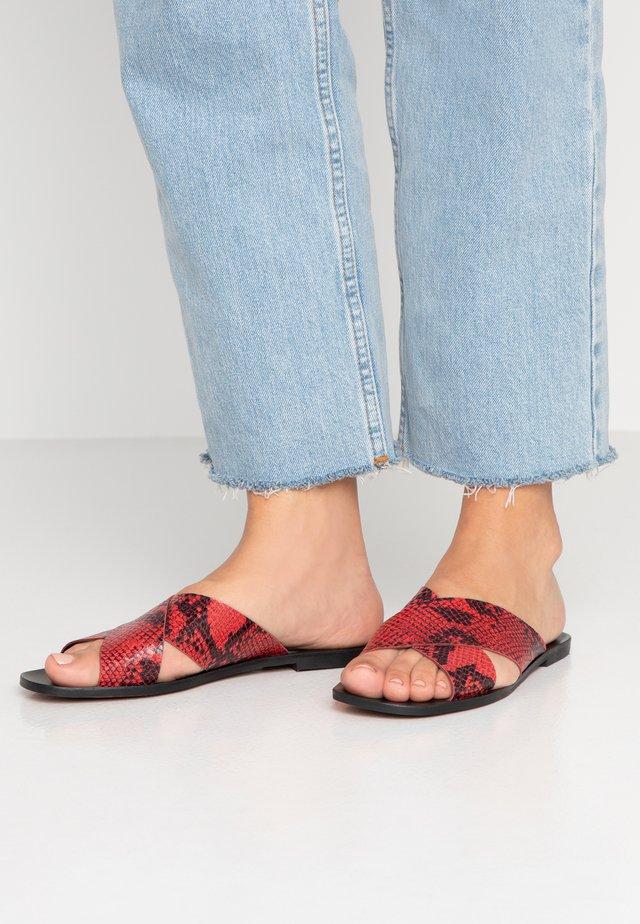 Pantolette flach - rojo