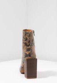 Depp - SNAKE PRINT WITH POINTY TOE - Kotníková obuv na vysokém podpatku - brown - 5