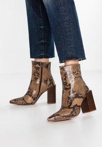 Depp - SNAKE PRINT WITH POINTY TOE - Kotníková obuv na vysokém podpatku - brown - 0