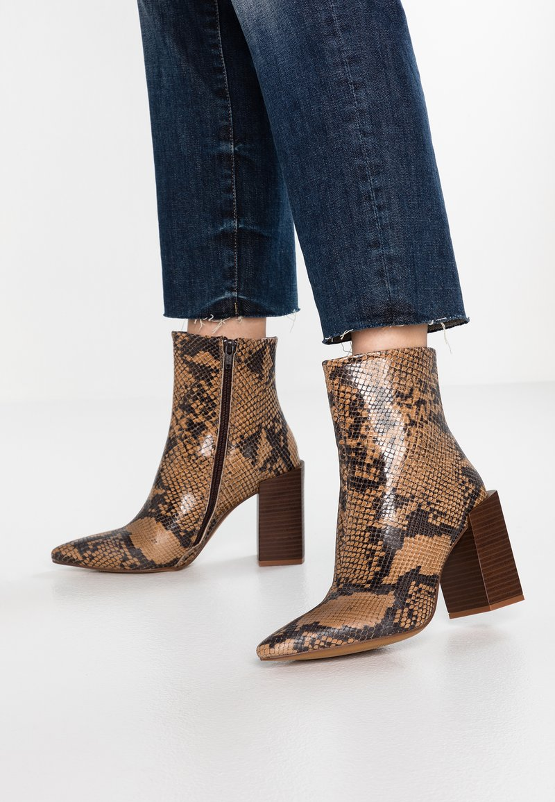 Depp - SNAKE PRINT WITH POINTY TOE - Ankelboots med høye hæler - brown