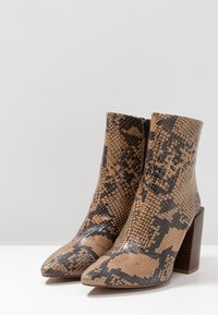 Depp - SNAKE PRINT WITH POINTY TOE - Kotníková obuv na vysokém podpatku - brown - 4