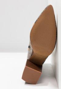 Depp - SNAKE PRINT WITH POINTY TOE - Kotníková obuv na vysokém podpatku - brown - 6