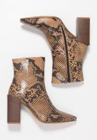 Depp - SNAKE PRINT WITH POINTY TOE - Kotníková obuv na vysokém podpatku - brown - 3