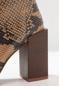 Depp - SNAKE PRINT WITH POINTY TOE - Kotníková obuv na vysokém podpatku - brown - 2