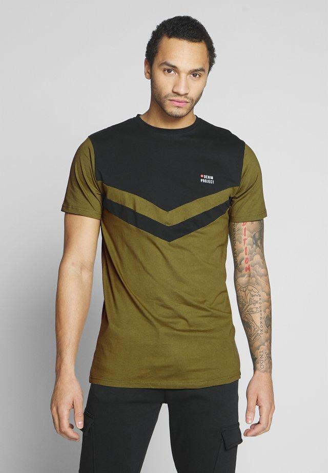AUGUST - T-shirt med print - black olive