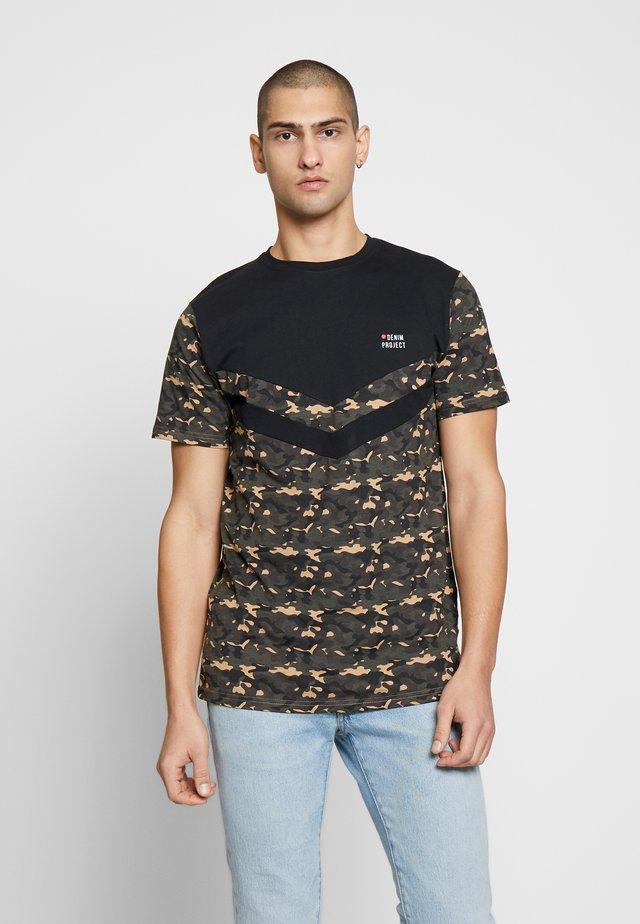 AUGUST - T-shirt med print - black camo