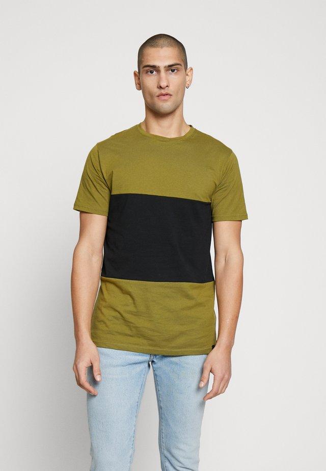 TONI - Printtipaita - olive/black