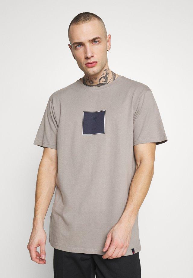 FRONT LOGO TEE - T-shirts med print - grey