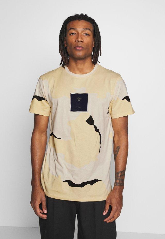 FRONT LOGO TEE - Print T-shirt - camo