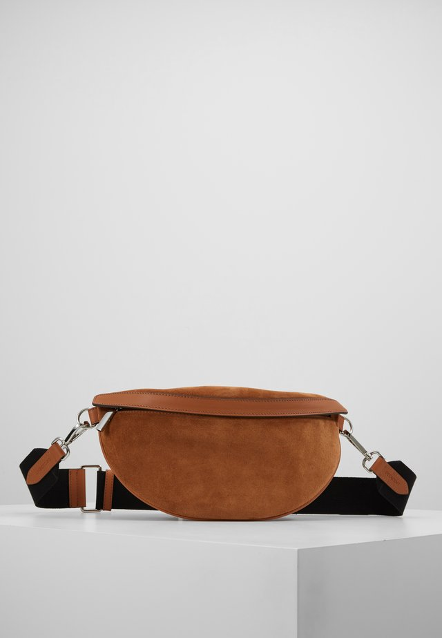 TRINA SMALL BUM BAG - Ledvinka - cognac