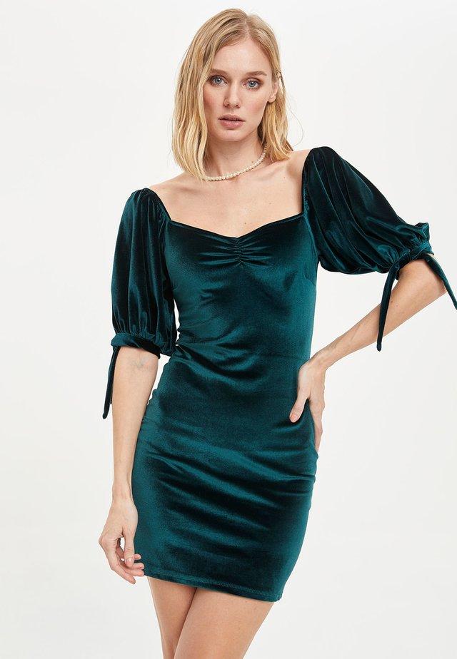 Sukienka etui - green