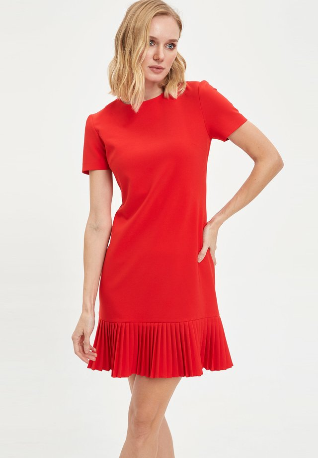 Fodralklänning - red