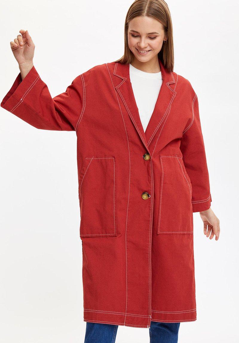 DeFacto - Krótki płaszcz - bordeaux