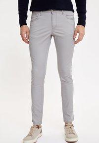 DeFacto - Jeansy Slim Fit - grey - 0