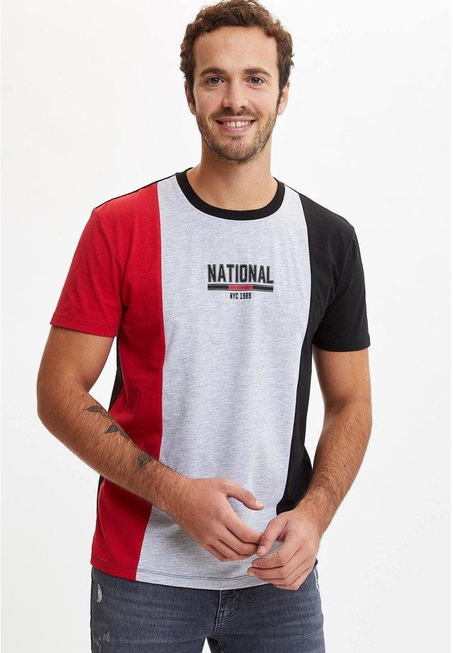 DEFACTO  MAN  - T-shirt imprimé - red