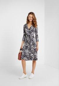 Diane von Furstenberg - ROSS - Korte jurk - heritage snow cheetah grey - 1
