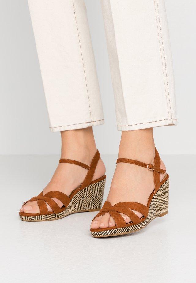Sandály na klínu - camel