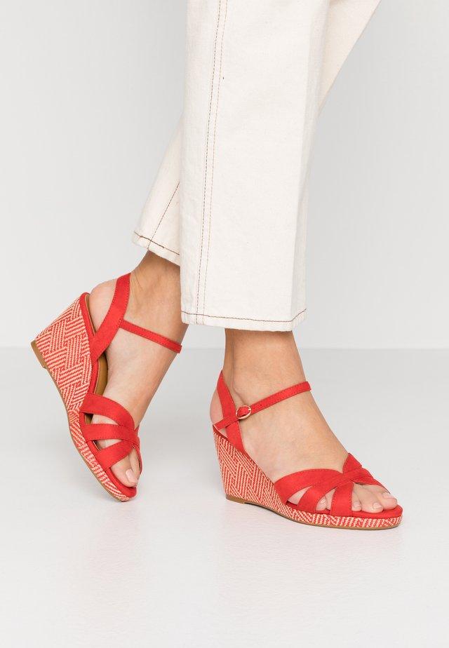Sandály na klínu - rouge