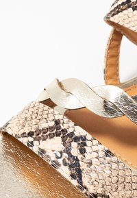 Divine Factory - Sandaalit nilkkaremmillä - beige - 2