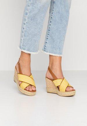 Sandały na obcasie - jaune