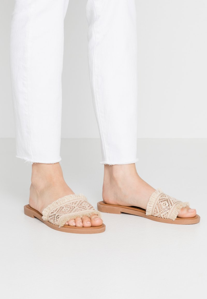 Divine Factory - Pantofle - beige