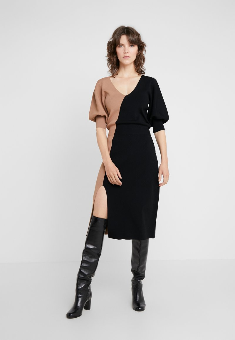 House of Dagmar - FLORENCE - Robe pull - camel/black