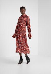 House of Dagmar - Koktejlové šaty/ šaty na párty - red flower - 0