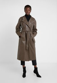 House of Dagmar - ALICIA CHECK - Trenchcoat - camel check - 0